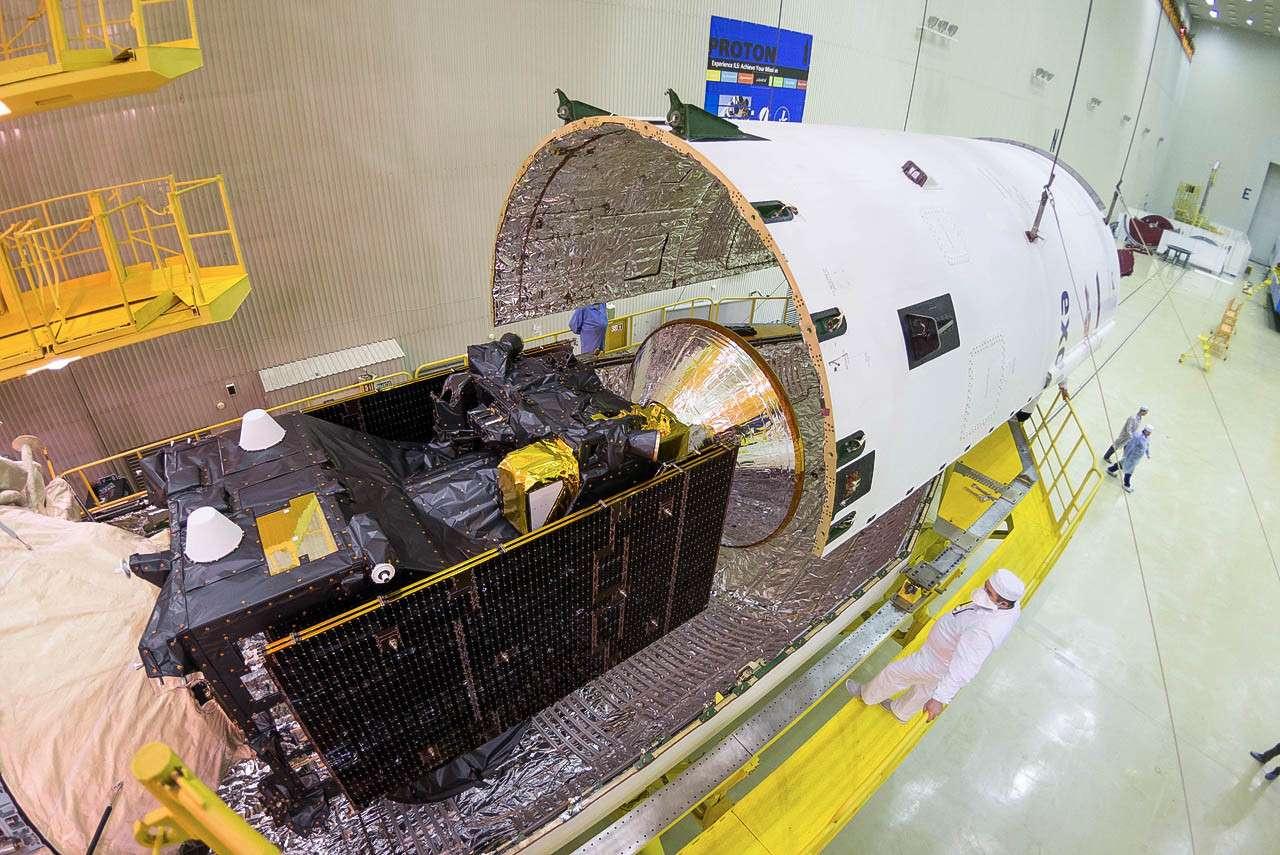 La sonde ExoMars 2016 fixée sur l'étage supérieur Breeze-M et mise sous coiffe du lanceur Proton. © Esa, B. Bethge