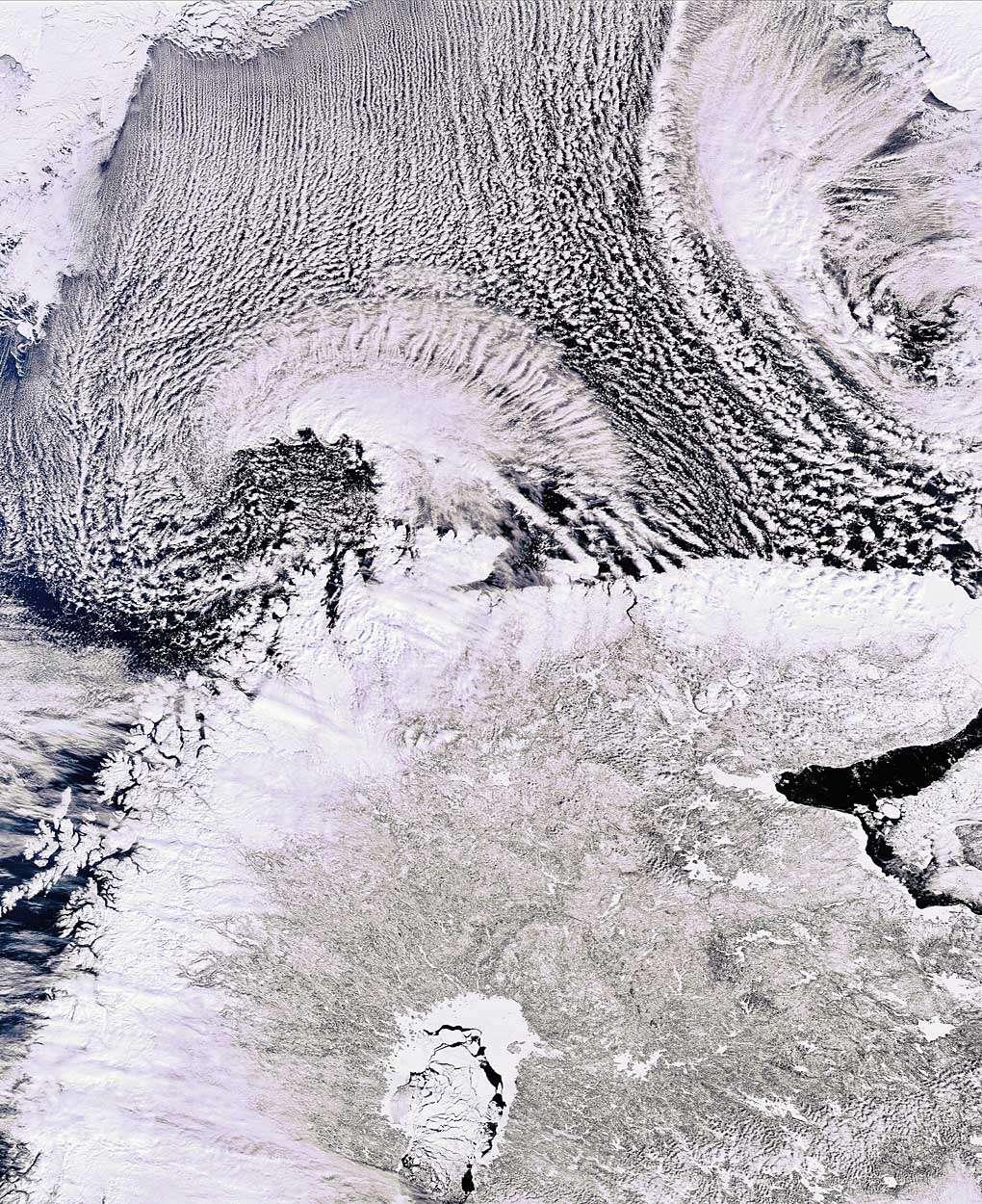 Envisat montre ici des rues de nuages, c'est-à-dire des alignements parallèles de cumulus créés par le vent, ainsi que la partie septentrionale de la péninsule scandinave. Longue de 1.850 km et large de 370 à 805 km, c'est la plus grande d'Europe. On distingue la Norvège (en haut et à gauche), la Suède (à gauche du Golfe de Botnie visible en bas au centre) et la Finlande (à droite du Golfe). La Fédération de Russie est visible le long du côté droit.