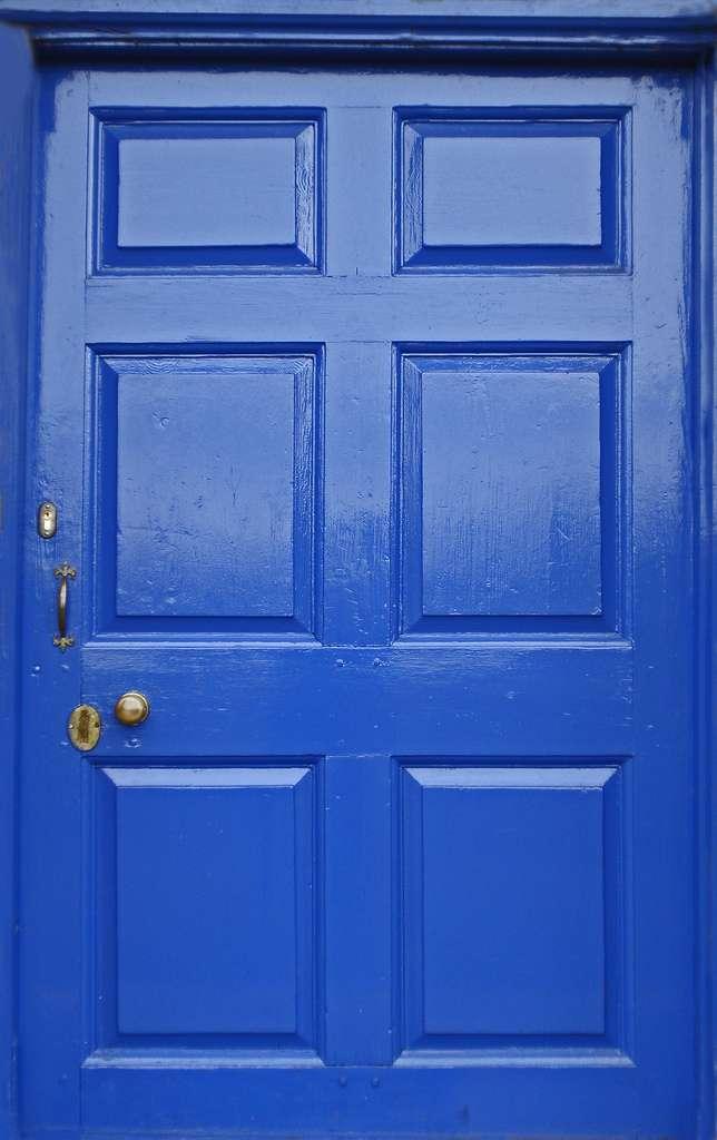 La porte d'entrée en bois peut se parer de multiples coloris, un coup de peinture suffit. © amandabhslater, Flickr, CC BY-SA 2.0