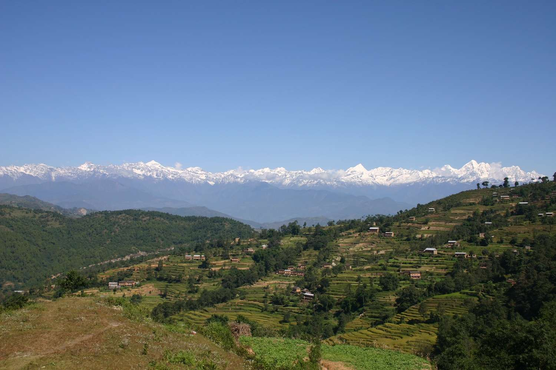 La chaîne himalayenne vue depuis la vallée de Katmandou, près de Nagarkot, au Népal. Ces montagnes témoignent de la collision entre le sous-continent indien et le Tibet, la vitesse relative des deux étant très élevée : 2 centimètres par an. © Uwe Gille, Wikimedia Commons, CC by-sa 4.0