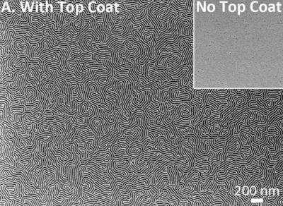 Sur le disque dur repose la synthèse des polymères. Ce matériau peut rapidement s'autoassembler pour constituer des points de moins de 10 nanomètres. Pour améliorer le procédé, les chercheurs appliquent une couche supplémentaire. Cette illustration montre le gain de densité qu'elle apporte (à gauche, With Top Coat) par rapport au cas où cette couche supplémentaire est absente (No Top Coat). © Université du Texas
