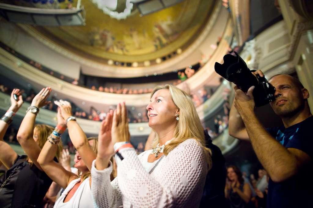Applaudir est avant tout un acte d'imitation, que l'on exécute pour faire comme la majorité. Il n'empêche que parfois, tout de même, on le fait plus par plaisir que par obligation. © Haags Uitburo, Flickr, cc by nc sa 2.0