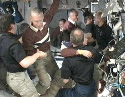 L'Expédition 20 de l'ISS accueille l'équipage de la navette spatiale Discovery, qui vient de s'arrimer. © Nasa-TV