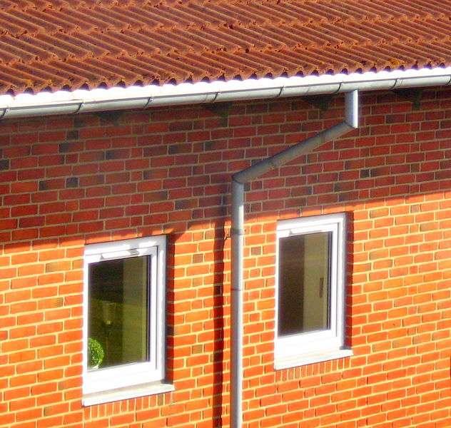 Située au bord du toit, la gouttière permet de canaliser les eaux de pluie. © Tomasz Sienicki , CC BY 3.0, Wikimedia Commons