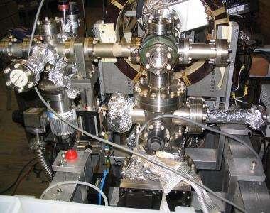 La chambre à ultra-vide où le faisceau de positrons tombe sur le cristal de quartz. Crédit : David Cassidy, UC-Riverside