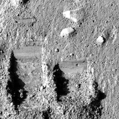Traces de creusement dans le sol. Crédit : Nasa