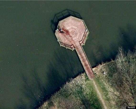 Google Earth aurait-il capturé une scène de crime ? Si cette photo démontre une fois de plus que Google nous surveille de vraiment très près, il faut se méfier. Il subsiste des incohérences dans les cartes fournies par le géant de Mountain View. Il invente même des îles... © Google Earth