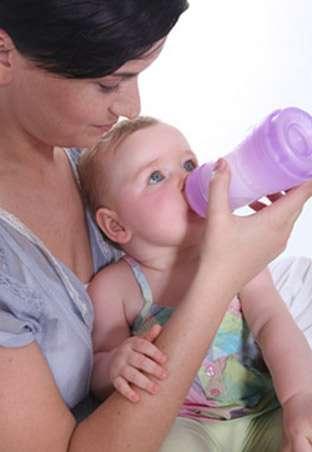 Le lait deuxième âge est recommandé à partir de 5-6 mois. © Phovoir