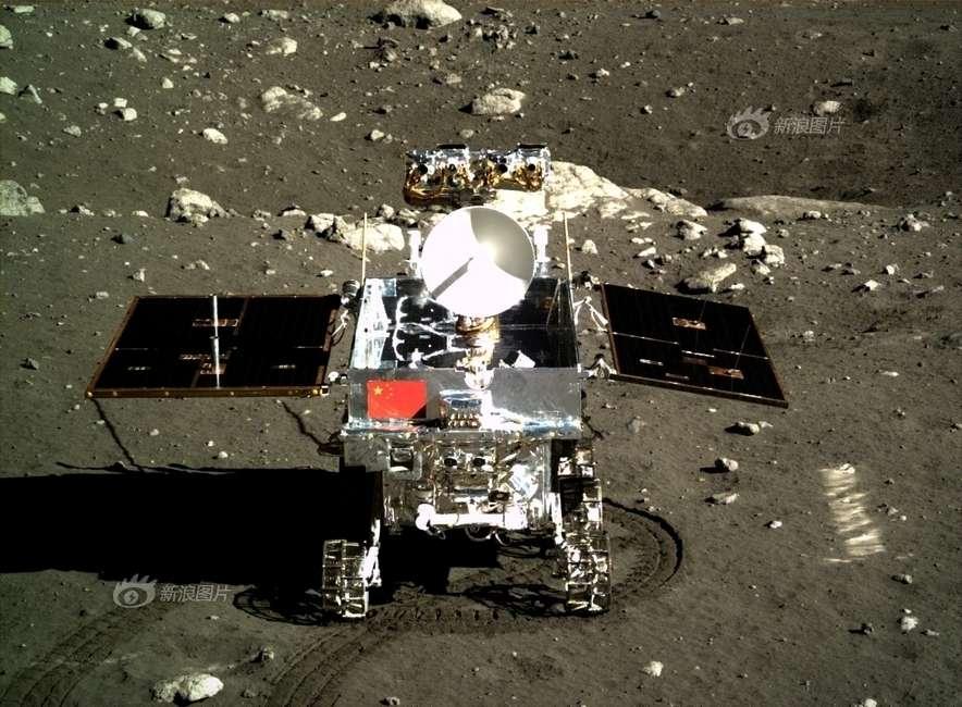 Yutu, le « Lapin de jade », photographié le 15 décembre à 23 h 41 TU, depuis l'atterrisseur Chang'e 3. Les ingénieurs chinois cherchent une solution à la « défaillance mécanique » qui a frappé le rover. © Chinese Academy of Sciences