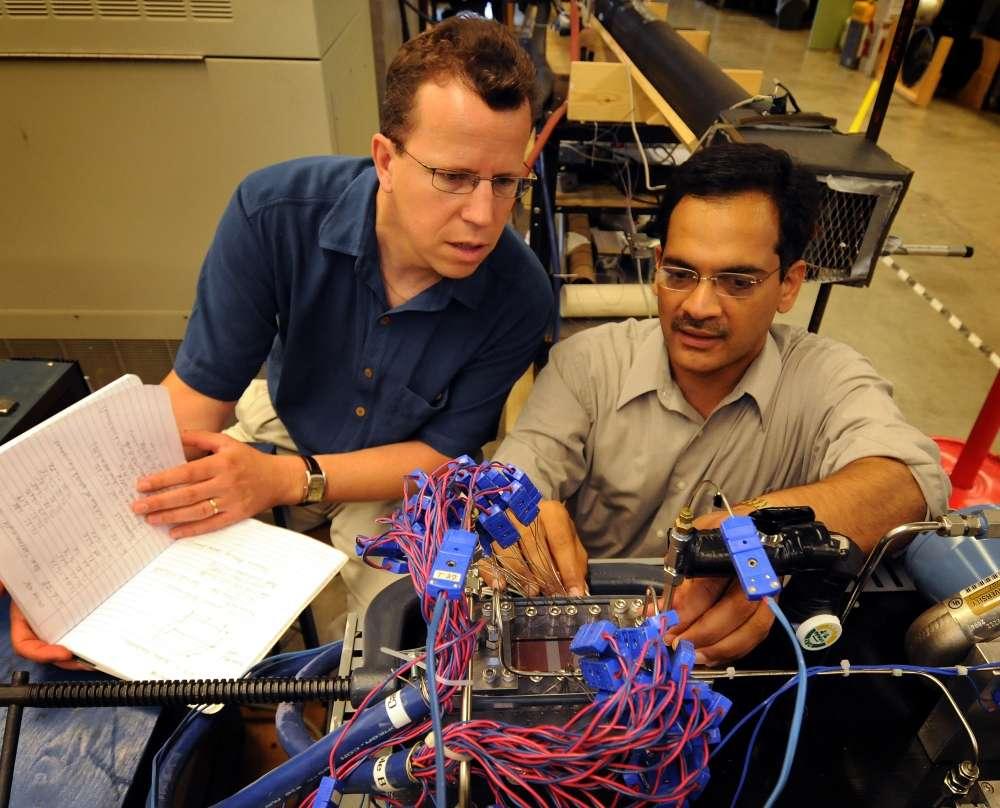 Suresh Garimella (à droite) et Eckhard Groll devant leur prototype. © Purdue News Service photo/David Umberger