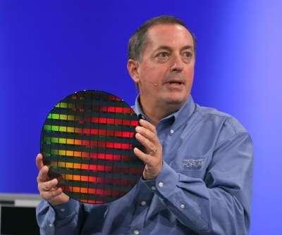 Du haut de ce wafer de silicium, 80 cœurs vous contemplent ! C'est ce qu'explique Paul Otellini, CEO d'Intel, en montrant ce prototype des processeurs qui, selon lui, apparaîtront dans cinq ans (avec une taille plus réduite…). Crédit : Intel.