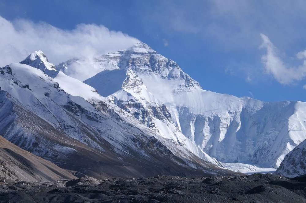 Le mont Everest, dans l'Himalaya, vu du camp de base (côté népalais). Sur le sommet le plus élevé de la Terre, qui culmine à 8.848 m, la pression atmosphérique est le tiers de celle au niveau de la mer. Un même volume d'air (par exemple chaque respiration d'un montagnard) contient trois fois moins de molécules. Mais les proportions restent les mêmes : il y a toujours, par exemple, 21 % d'oxygène et 78 % d'azote. © Rupert Taylor-Price, Flickr, cc by 2.0