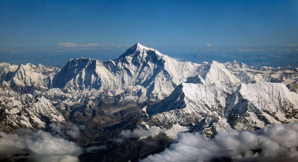 Nommé « Déesse mère des vents » (Qomolangma) par les Tibétains, le mont Everest a gagné 3 cm en une décennie. Le séisme du Népal du 25 avril l'aurait déplacé de 3 cm vers le sud-ouest. © Papa Lima Whiskey 2, Wikipedia Commons