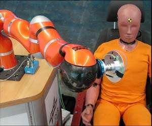 Un « crash test » impliquant le bras robotique mis au point au DLR (Allemagne). Le bras s'apprête à simuler ce que ne devrait jamais faire un robot : frapper un être humain. © Institute of Robotics & Mechatronics/DLR