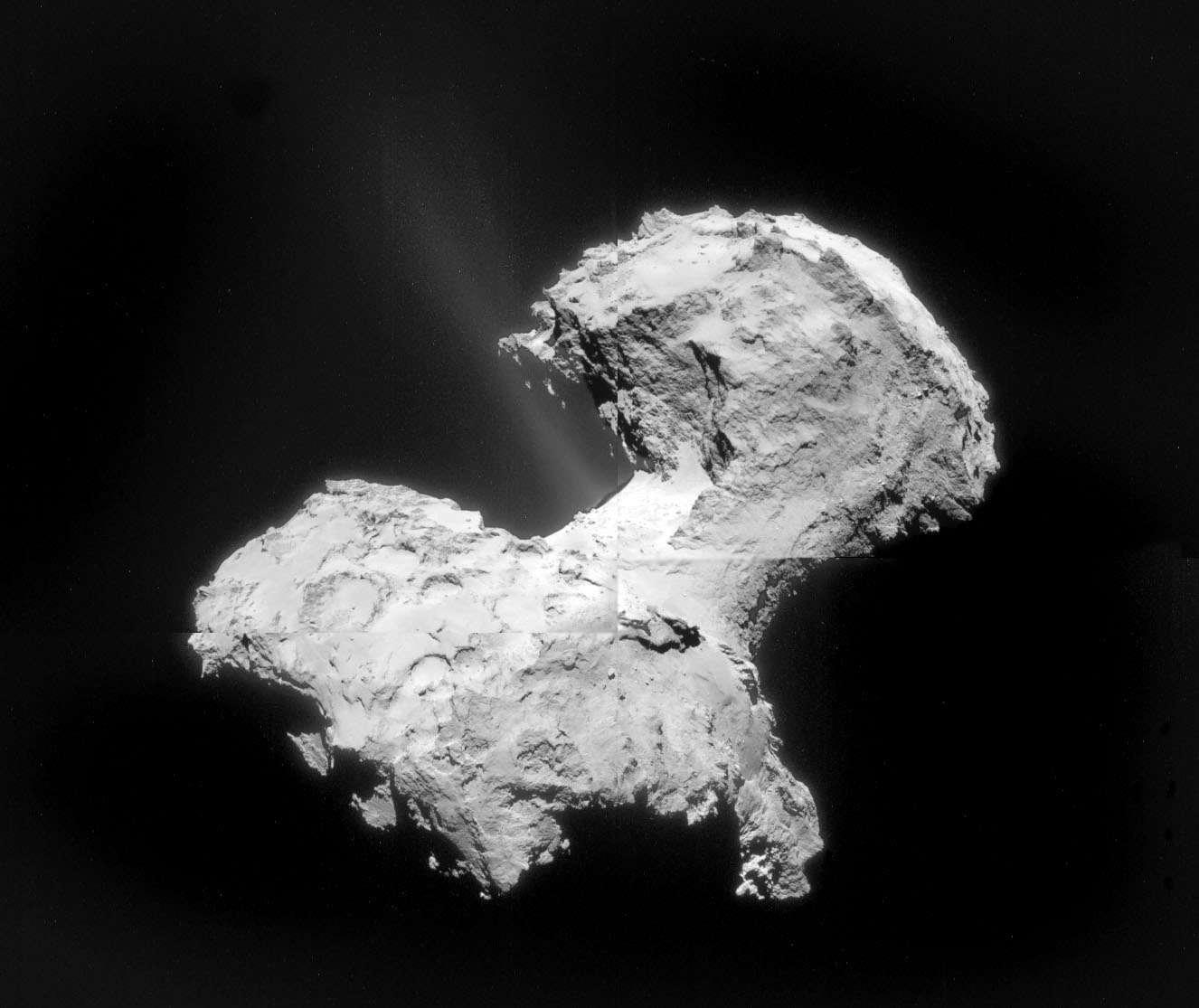 L'astronome amateur Bob King a assemblé quatre clichés pris par la caméra de navigation (NavCam) de Rosetta, le 2 septembre dernier alors que la sonde spatiale n'était qu'à 56 km de la surface du noyau de 67P/C-G. Le travail de l'image fait ici davantage ressortir le faisceau diffus de gaz émis par la comète. © Esa, Rosetta, Navcam, Bob King