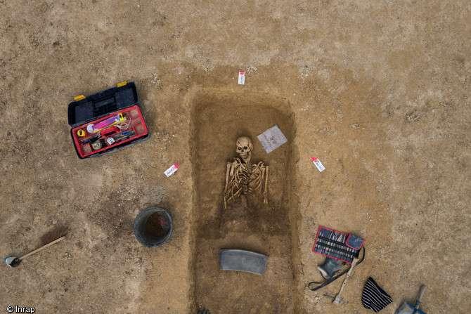Vue zénithale d'une sépulture gauloise du IVe siècle avant notre ère, en cours de fouille, Buchères (Aube), 2013. © Denis Gliksman, Inrap