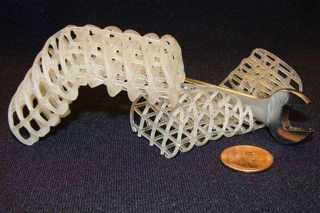 Ces structures en 3D sont faites avec le matériau à changement de forme créé par le MIT. Il est à base de mousse de polyuréthane enrobée de cire. La structure de gauche est dans son état solide après avoir adopté la forme voulue. La structure de droite est dans son état souple qui lui permet d'épouser les formes. © Massachusetts Institute of Technology