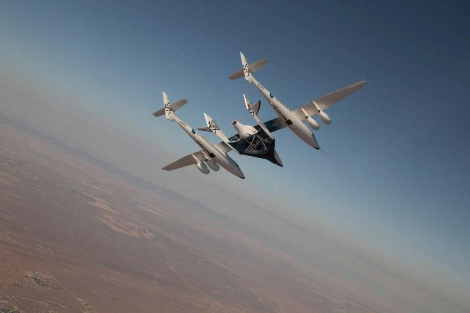 Le système de transport de Virgin Galactic constitué de l'avion porteur WhiteKnightTwo et du SpaceShipTwo, accroché sous son ventre. De nouveaux problèmes techniques risquent de reporter le premier vol habité, initialement prévu à la fin de l'année. © Virgin Galactic