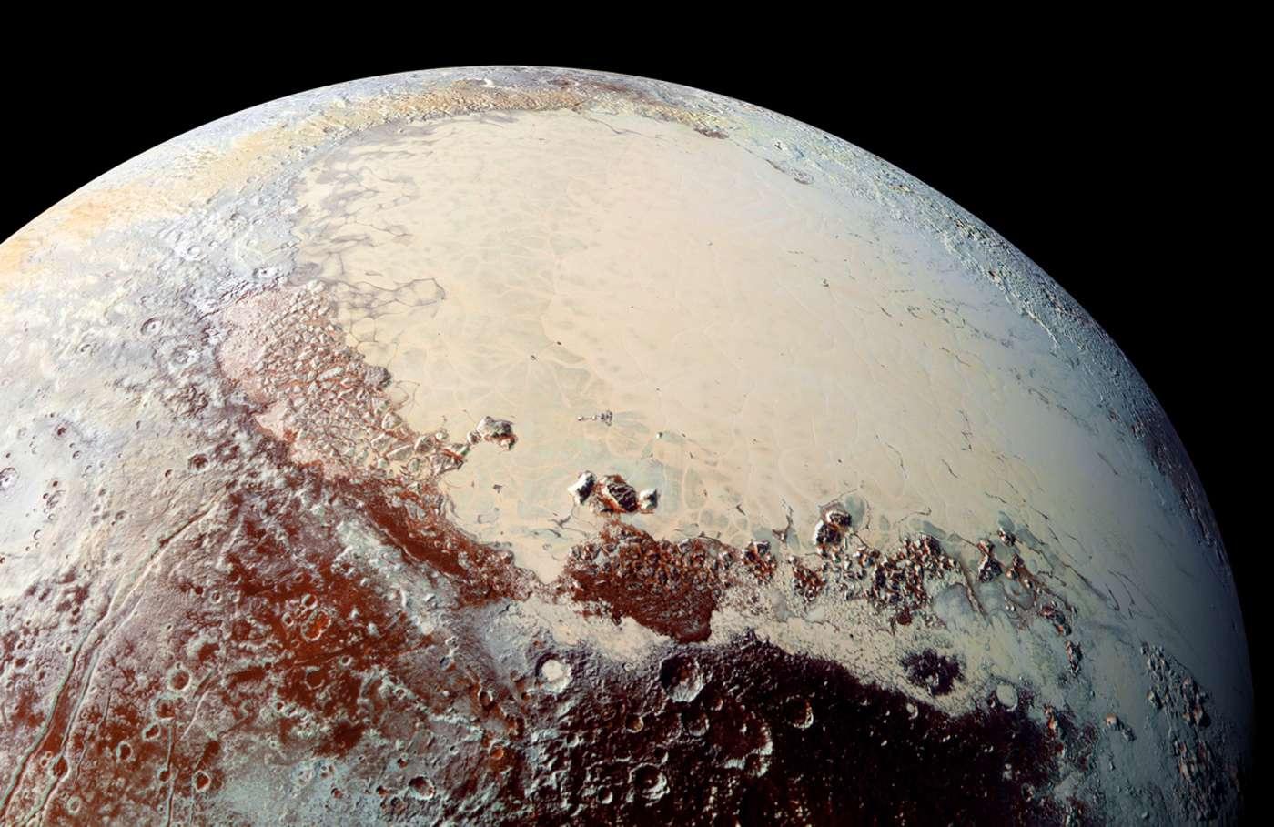 La surface de Pluton comprend notamment la plaine Spoutnik (riche en glace d'azote, de méthane et de monoxyde de carbone) qui représente le « ventricule » gauche du cœur alias la région Tombaugh. Image composite prise en haute résolution avec le spectromètre Ralph/MVIC (bleu, rouge et infrarouge), le 14 juillet 2015. © Nasa, JHUAPL, SwRI