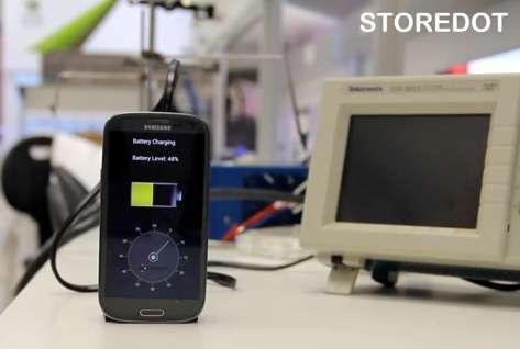 StoreDot a mis au point un prototype de batterie pour smartphones capable d'être rechargée en seulement 30 secondes. Elle repose sur l'usage de matériaux bio-organiques qui sont assemblés en boîtes quantiques pour développer des propriétés de semi-conducteurs. © StoreDot
