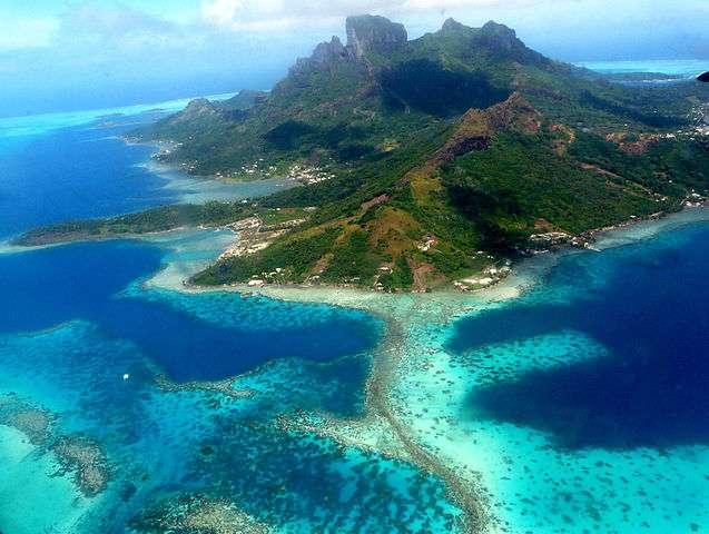 Les récifs coralliens, visibles ici dans le lagon de l'île volcanique de Bora-Bora, en Polynésie française, sont composés de nombreuses espèces de coraux qui forment des écosystèmes marins complexes et parmi les plus riches en biodiversité. Importants puits de carbone, ils stockent du CO2 atmosphérique et diminuent ainsi le réchauffement climatique... tant qu'ils arrivent à lui survivre. © Samuel Etienne, Wikimedia Commons, CC by-sa 3.0