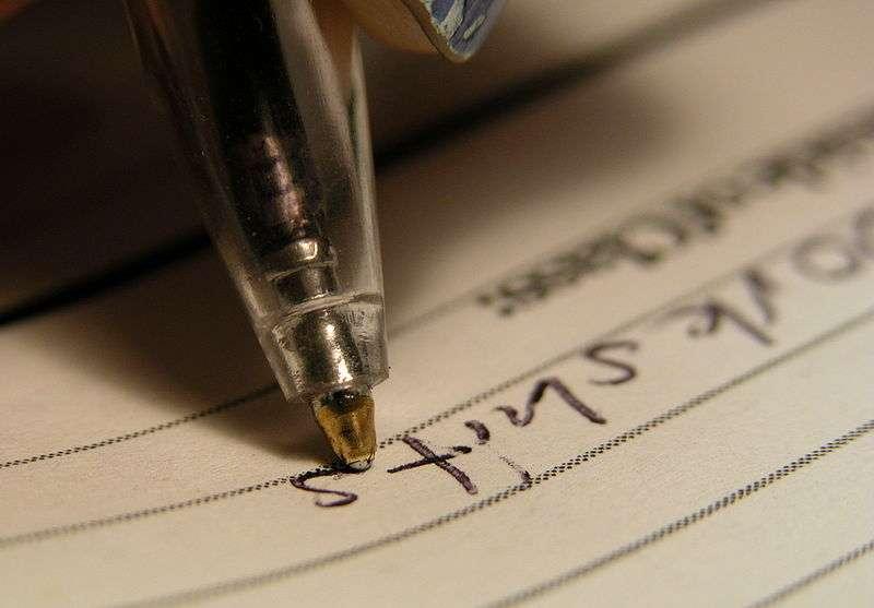 L'écriture devient plus difficile pour les patients atteints de bradykinésie. © Licence Creative Commons