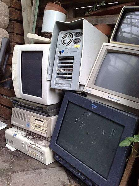 Empilement de déchets électroniques dans un abri de jardin. Une petite tournée à la déchetterie s'impose... © AvWijk, Wikimedia domaine public