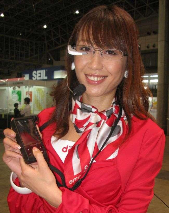 Un mobile assorti d'une paire de lunettes portant un projecteur miniature : une idée d'avenir ? © Nikkei Electronics