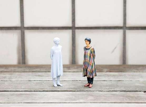 Une fois la statuette créée par l'imprimante 3D, elle devra être délicatement peinte pour en faire une effigie présentable. © Omote 3D Shashin Kan