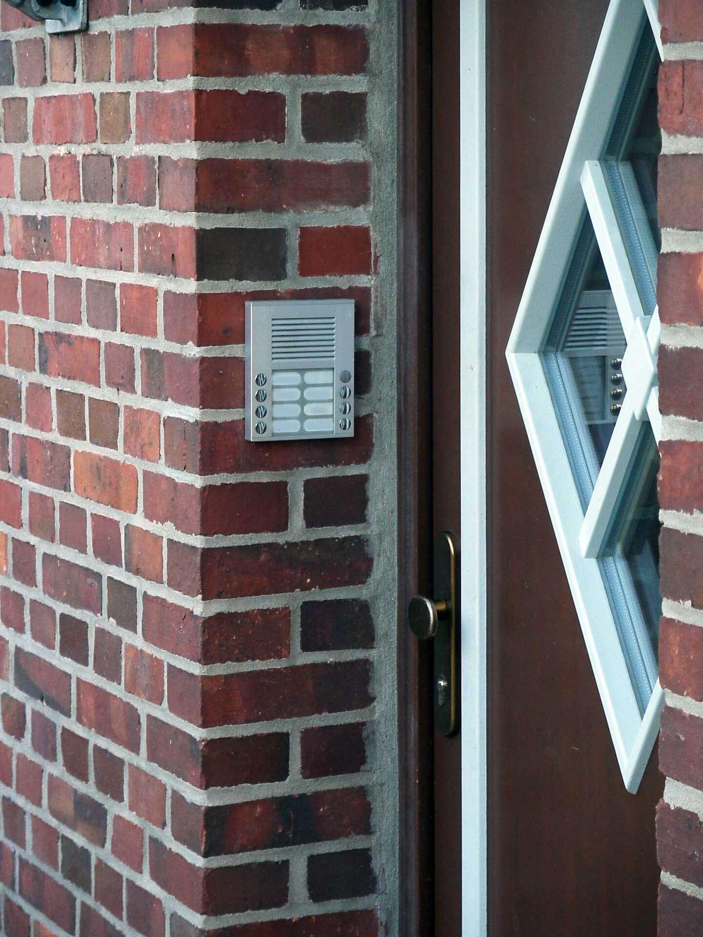 Une sonnette peut être individuelle ou faire partie d'un boîtier qui permet de contacter tous les résidents d'un bâtiment. © Ralf Roletschek, CC BY-SA 3.0, Wikimedia Commons