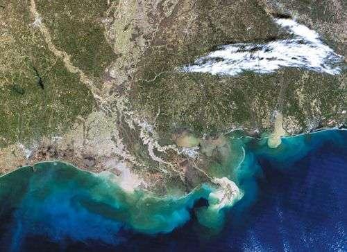 Pollution du Golfe du Mexique (apparaissant en bleu clair) provoquée par le rejet d'eaux eutrophisées du fleuve Mississippi. Crédit : United Nations Environment Programme