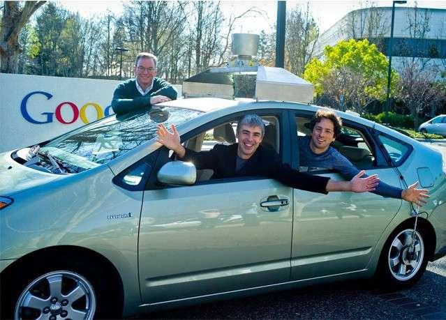 Larry Page et Sergei Brin, les deux fondateurs de Google, posent à bord de leur « Google car » autonome. © Google