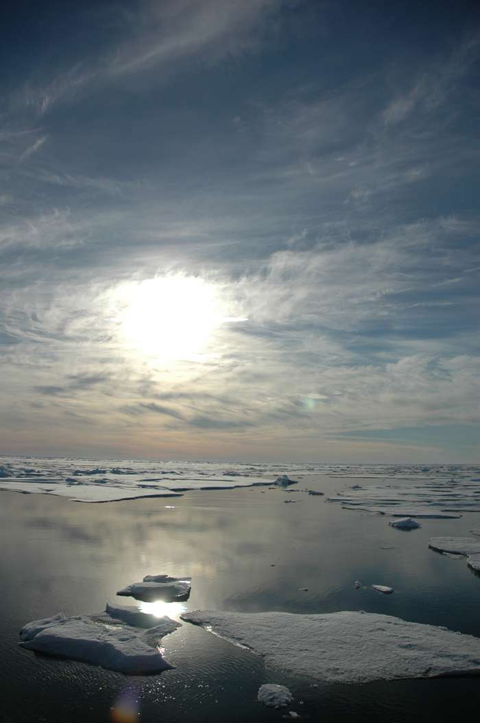 La glace de mer de l'Arctique a atteint un record dramatique de fonte en septembre 2012. Son étendue se serait réduite de 3,41 millions de km2 ! Si le réchauffement climatique joue clairement un rôle dans le recul des glaces, ce record a été atteint à cause d'un phénomène météo rare. © Jeremy Potter, NOAA
