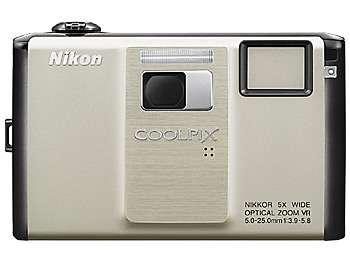 Le Coolpix 1000pj, un objectif en plus pour projeter les images sur une feuille bien blanche dans une pièce bien noire. © Nikon