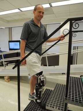 La prothèse robotisée intègre deux électrodes qui captent les signaux des muscles ischiojambiers. La jambe réagit à ces impulsions comme si elle était humaine. © RIC