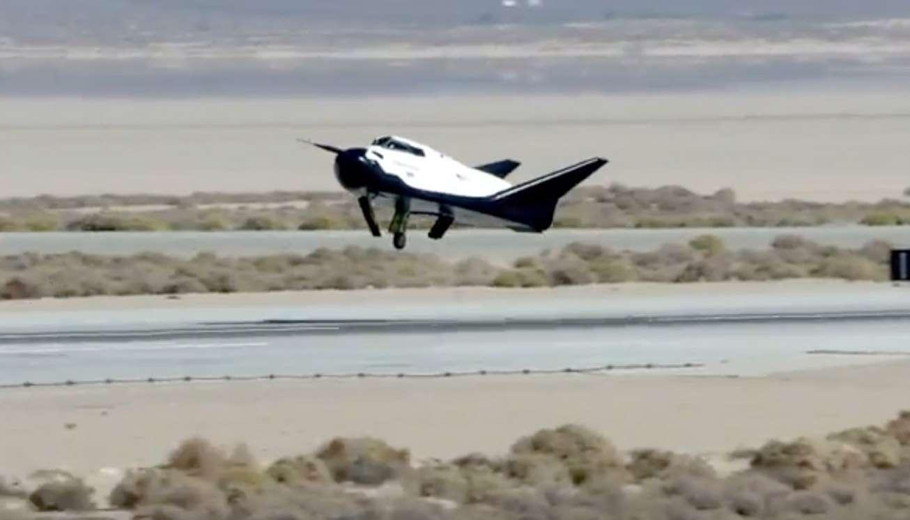 Le Dream Chaser quelques secondes avant son crash. Comme le montre cette capture d'image, le train d'atterrissage gauche de l'engin ne s'est pas correctement déployé, ce qui est la cause de l'accident. © Sierra Nevada Corporation
