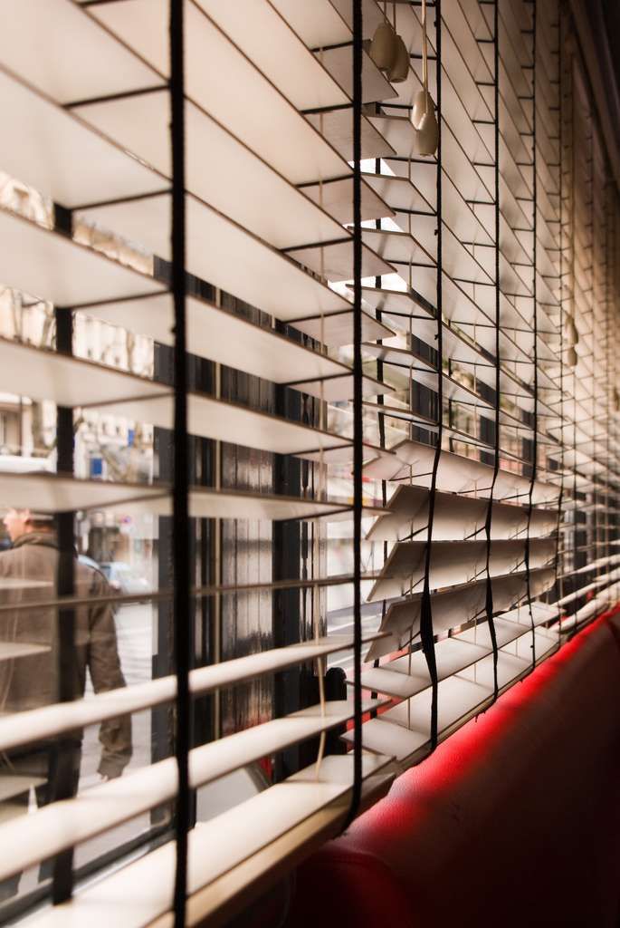 Un store comme celui-ci (vénitien) permet de protéger son habitation des rayons du soleil et des éventuels regards indiscrets. © Eric Bézine, CC BY-NC 2.0, Flickr