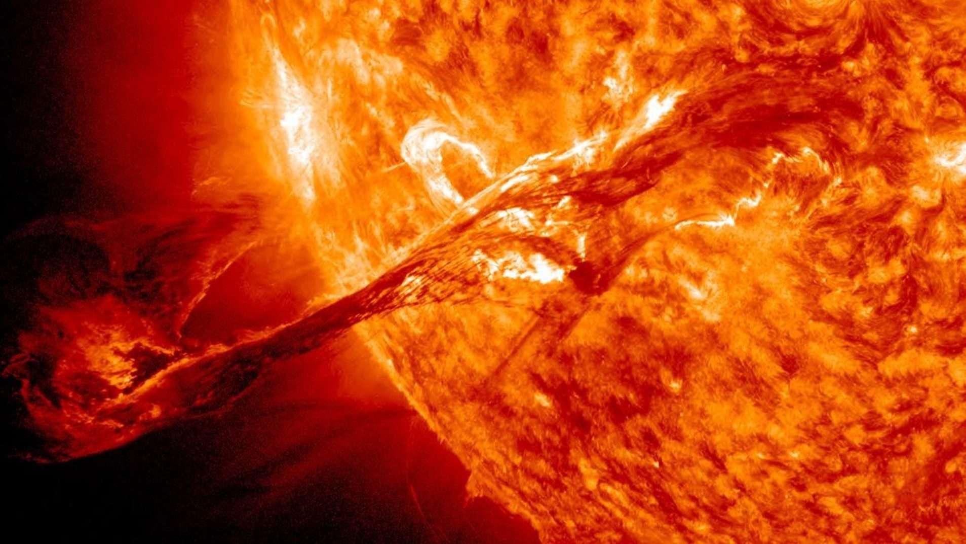Le 31 août 2012, un long filament de matériau solaire qui flottait dans l'atmosphère du Soleil, la couronne, a éclaté dans l'espace. L'éjection de masse coronale ou CME résultante s'est éloignée du Soleil à plus de 900 km/s. Cette photo montre l'éjection capturée par plusieurs satellites solaires de la Nasa (SDO, Stereo, Soho). © Nasa
