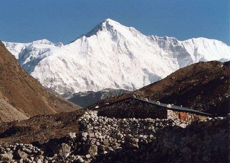 C'est au pied du Cho Oyo (8.201 mètres d'altitude) que se trouve le glacier Ngozumpa. De nombreux camps de base s'installent sur ce glacier. Ils permettent notamment de partir en expédition vers l'Everest situé 20 km plus à l'est. © Uwe Gille, Wikipedia commons