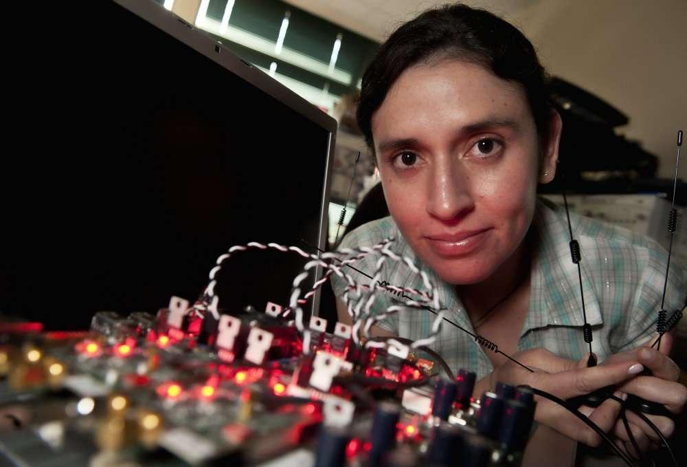 Melissa Duarte, de l'équipe de la Rice University devant le prototype de l'émetteur-récepteur full-duplex. © Ashutosh Sabharwal