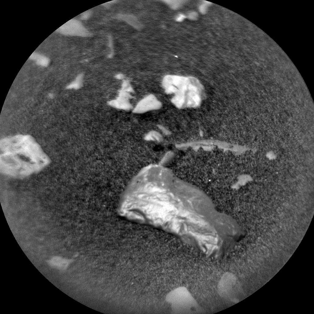 Image d'une petite roche brillante appelée « Little Colonsay », potentiellement une météorite, découverte par Curiosity le 26 novembre dernier, lors de son 2242e jour martien. © Nasa/JPL-Caltech/LANL