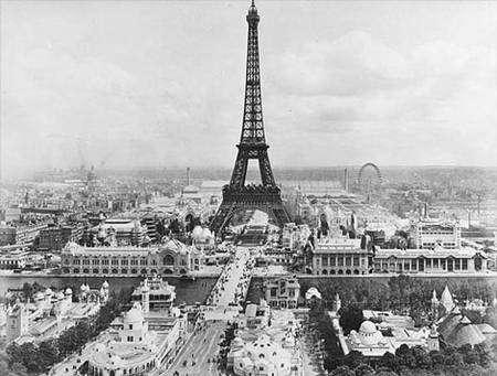 La Tour Eiffel durant l'Exposition universelle de 1900, photographiée depuis un ballon par Etienne Neurdein. © Licence Commons