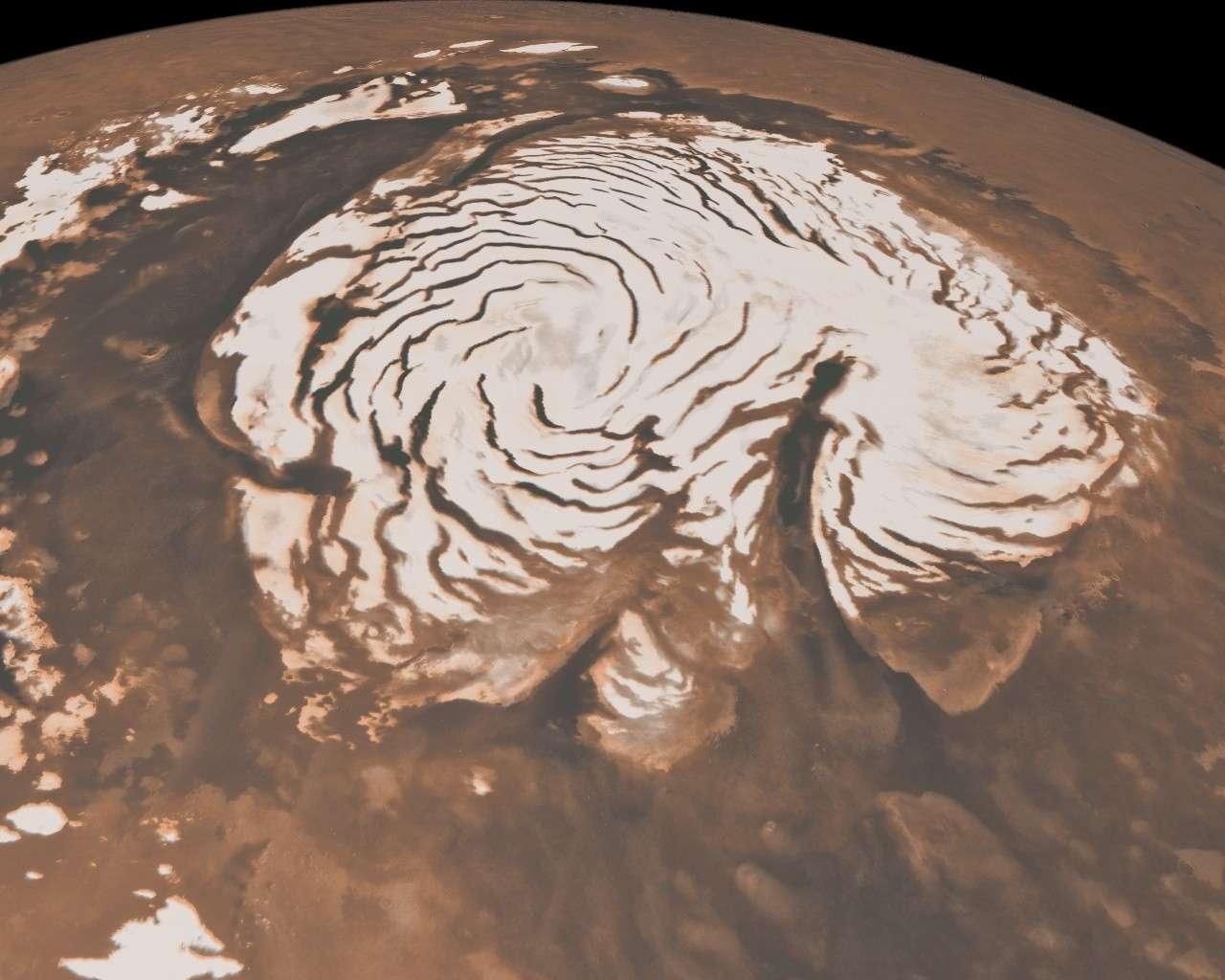 L'étrange aspect de la calotte polaire martienne boréale s'explique désormais. Selon les relevés effectués par le radar Sharad à bord de la sonde MRO, c'est le vent qui est à l'origine des failles et canyons qui sculptent le manteau de glace. Crédit Nasa/JPL-Caltech