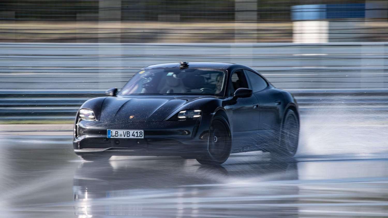 © La Porsche Taycan en plein drift durant sa tentative de record. © Porsche