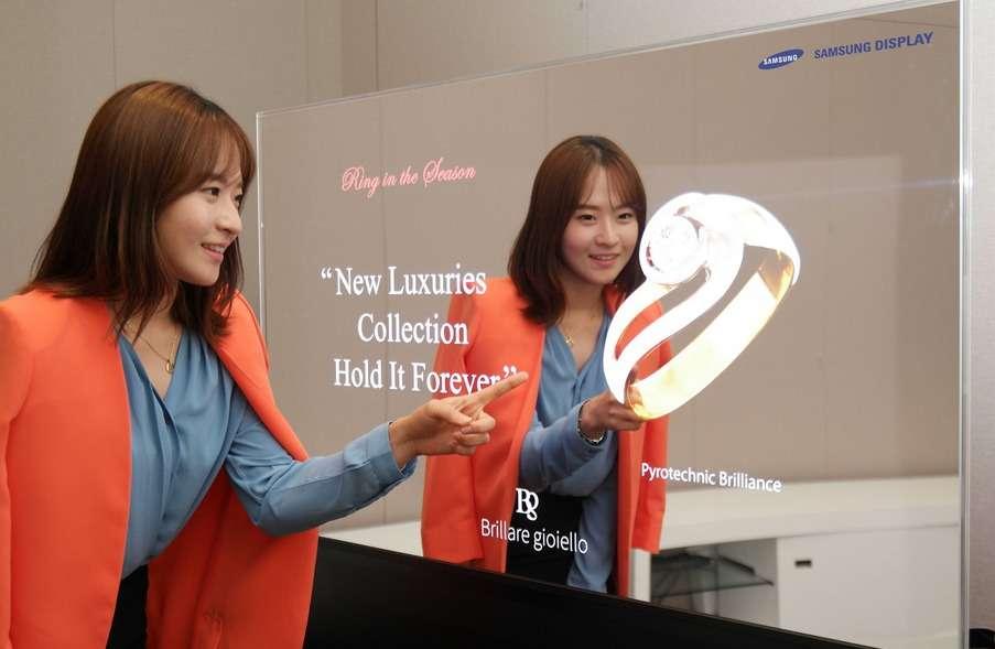 L'écran miroir développé par Samsung en technologie Oled. Il incorpore la technologie de numérisation en 3D RealSense d'Intel pour montrer une application de réalité augmentée. Une personne peut ainsi essayer virtuellement des bijoux, des vêtements ou d'autres accessoires qui viennent se superposer à son image dans le miroir. © Samsung Display