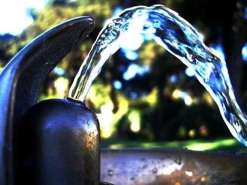 Les Français consomment 150 litres d'eau potable par jour, mais seulement 1,5 litre pour boire. © Darwin Bell CC by