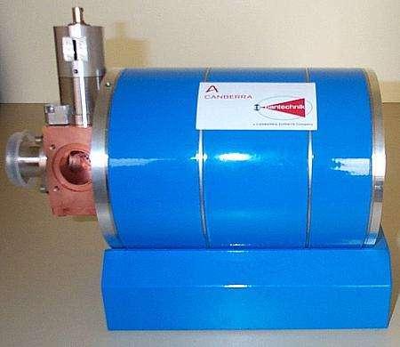 La source ECR du prototype industriel de la machine de nitruration de l'aluminium en cours de montage chez Quertech Ingénierie (DR).