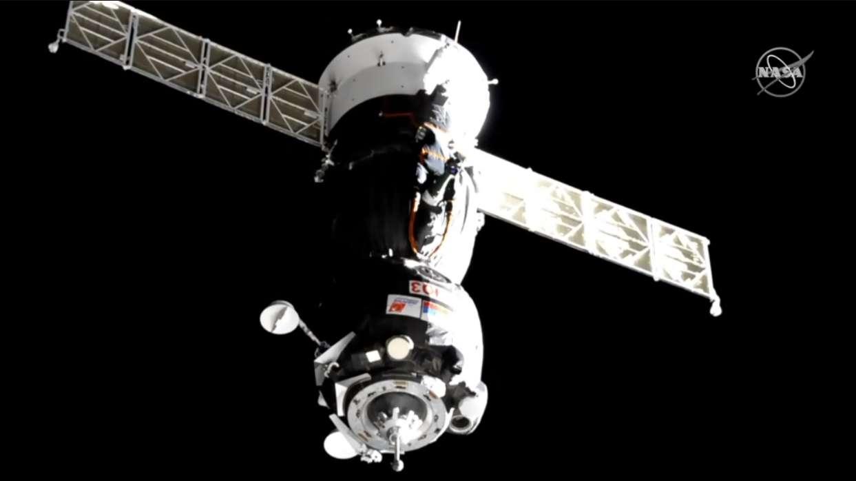La capsule Soyouz transportant les deux astronautes américains et le cosmonaute russe vue à une distance de 15 m de l'ISS, le 14 mars 2019. © Nasa Television