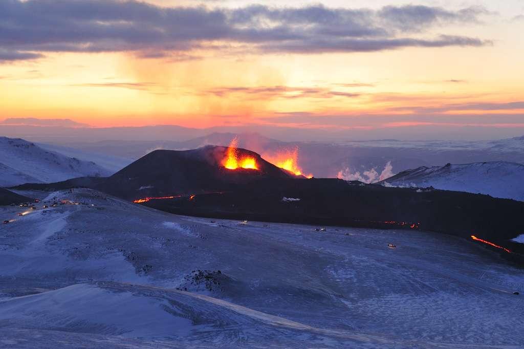 Vue des fontaines et des coulées de lave au Fimmvörðuháls le 3 avril 2010 après deux semaines d'activité volcanique. © Ulrich Latzenhofer-wikipedia