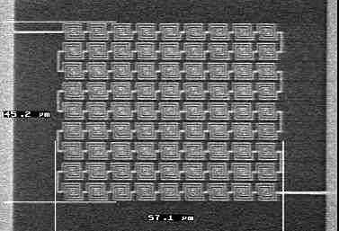Nanoantennes d'or gravées expérimentalement sur une puce de silicium et fonctionnant à une fréquence de 30 terahertz. Crédit INL.